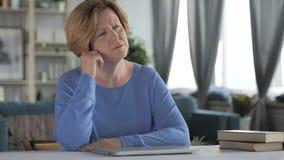 Portret van Denkende Oude Hogere Vrouw in Bureau stock video