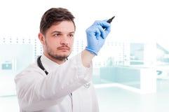 Portret van dokter of arts die op het scherm schrijven Royalty-vrije Stock Foto's