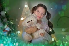 Portret van donkerbruin meisje met in hand teddybeer stock foto's