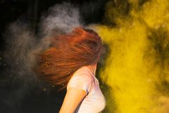Portret van donkerbruine vrouw met het lange haar spelen met droge kleur Stock Afbeeldingen