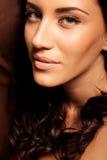 Portret van donkerbruine vrouw met krullend haar Royalty-vrije Stock Afbeeldingen