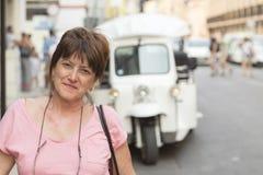 Portret van donkerbruine vrouw voor een mototaxi in Lissabon, Por stock foto