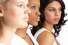 Portret van Drie Aantrekkelijke Jonge Vrouwen in Studio royalty-vrije stock foto