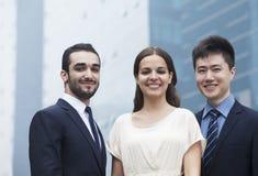 Portret van drie glimlachende bedrijfsmensen, in openlucht, bedrijfsdistrict Stock Foto