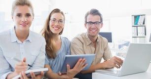 Portret van drie jongeren in bureau Stock Foto