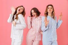Portret van drie mooie jonge meisjesjaren '20 die kleurrijke streptokok dragen Stock Afbeeldingen