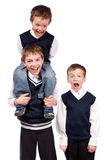 Portret van drie pretbroers in eenvormige school Royalty-vrije Stock Foto's