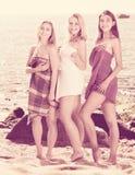 Portret van drie vrolijke die vrouwen in handdoeken worden verpakt royalty-vrije stock afbeelding
