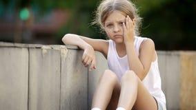 Portret van droevig meisje die alleen in openlucht en ongerust gemaakt zijn stock videobeelden