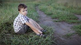 Portret van droevig weinig jongen stock video