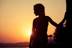 Portret van droevige blonde meisje status op het strand Stock Foto
