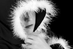 Portret van droevige vrouw in zwarte zwart-witte kaap royalty-vrije stock fotografie