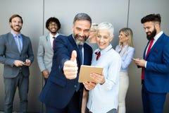 Portret van duim die omhoog bedrijfsmensen glimlachen royalty-vrije stock afbeelding