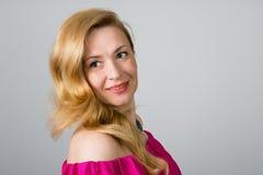 Portret van een 39 éénjarigenvrouw in roze kleding Royalty-vrije Stock Afbeeldingen