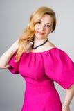 Portret van een 39 éénjarigenvrouw in roze kleding Stock Afbeelding