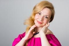 Portret van een 39 éénjarigenvrouw in roze kleding Royalty-vrije Stock Fotografie
