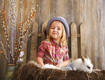 Portret van een aanbiddelijk meisje en weinig wit konijn Eas Stock Afbeeldingen