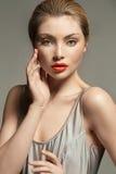 Portret van een aanbiddelijke jonge dame met mooie rode lippen stock fotografie