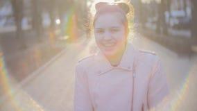 Portret van een aantrekkelijk jong tienermeisje die de camera en het glimlachen bekijken Dicht schot stock footage