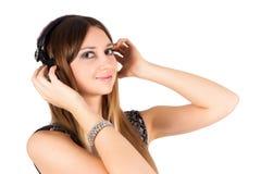 Jonge blondevrouw het luisteren muziek Royalty-vrije Stock Foto's