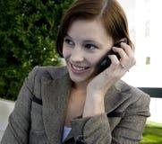 Portret van een aantrekkelijke bedrijfsvrouw op een cellulaire telefoon. stock afbeelding