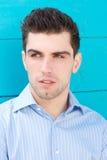 Portret van een aantrekkelijke jonge mens Stock Foto