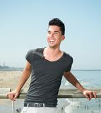 Portret van een aantrekkelijke jonge mens die bij het strand glimlachen Stock Fotografie