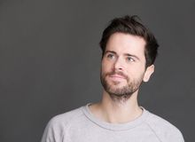 Portret van een aantrekkelijke jonge mens die met baard weg kijken Stock Foto's