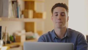 Portret van een aantrekkelijke jonge mens die spreekt stock videobeelden