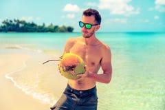 Portret van een aantrekkelijke jonge mens op een tropisch strand royalty-vrije stock afbeeldingen