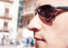 Portret van een aantrekkelijke schitterende kerel die zonnebril dragen royalty-vrije stock afbeelding