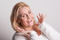 Portret van een aantrekkelijke te zware vrouw in studio op een witte achtergrond royalty-vrije stock afbeeldingen