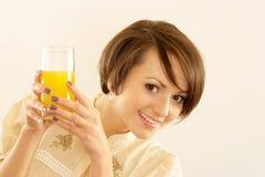 Portret van een aardige vrouw met sap Stock Fotografie