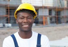Portret van een Afrikaanse Amerikaanse bouwvakker bij bouwterrein Royalty-vrije Stock Fotografie