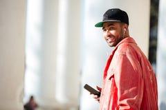 Portret van een afro Amerikaanse mens die aan muziek in openlucht luisteren stock afbeelding
