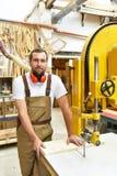 Portret van een arbeider in een schrijnwerkerij op het werk - houtbewerking royalty-vrije stock afbeelding