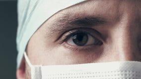 Portret van een arts of een chirurg die trotse ruimte, gelukkig en glimlachend kijken voor zijn werk in de kliniek of het ziekenh stock video