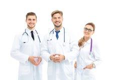 Portret van een assertief medisch team tegen een witte achtergrond stock foto's
