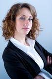 Portret van een attracive jonge uitvoerende vrouw op lichte achtergrond Royalty-vrije Stock Fotografie