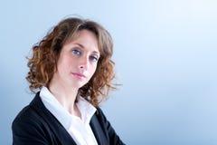 Portret van een attracive jonge uitvoerende vrouw op lichte achtergrond Stock Foto's