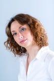 Portret van een attracive jonge vrouw op lichte achtergrond Royalty-vrije Stock Foto's