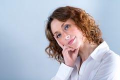 Portret van een attracive jonge vrouw op lichte achtergrond Royalty-vrije Stock Afbeelding