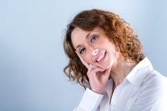 Portret van een attracive jonge vrouw op lichte achtergrond Royalty-vrije Stock Fotografie