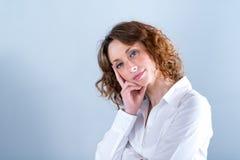 Portret van een attracive jonge vrouw op lichte achtergrond Stock Fotografie