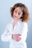 Portret van een attracive jonge vrouw op lichte achtergrond Stock Afbeelding