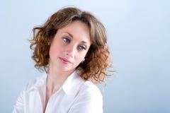 Portret van een attracive jonge vrouw op lichte achtergrond Royalty-vrije Stock Afbeeldingen