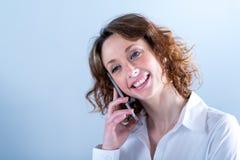 Portret van een attracive jonge vrouw op lichte achtergrond Royalty-vrije Stock Foto