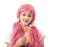 Portret van een Aziatisch meisje in een roze pruik stock afbeelding