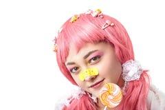 Portret van een Aziatisch meisje in een roze pruik royalty-vrije stock fotografie