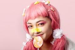 Portret van een Aziatisch meisje in een roze pruik in een kawaistijl royalty-vrije stock afbeelding